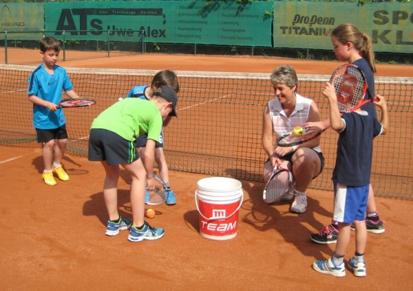 Jugendwartin Bettina Schütz mit Kindern